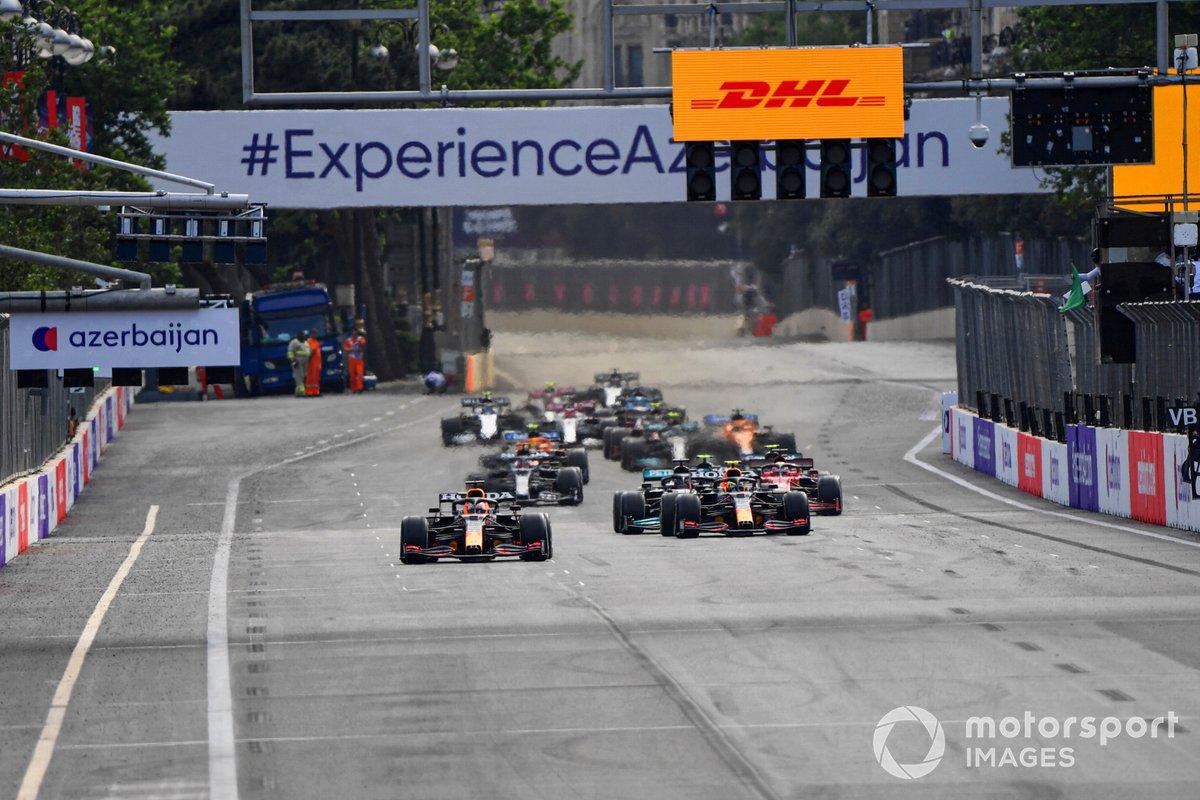Max Verstappen, Red Bull Racing RB16B, Sergio Pérez, Red Bull Racing RB16B, Lewis Hamilton, Mercedes W12 y el resto del pelotón