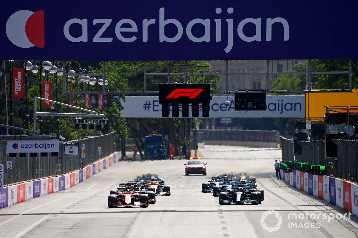Charles Leclerc, Ferrari SF21, Lewis Hamilton, Mercedes W12, Max Verstappen, Red Bull Racing RB16B e il resto del gruppo al via