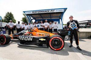 Le poleman Patricio O'Ward, Arrow McLaren SP Chevrolet fête sa pole avec son équipe