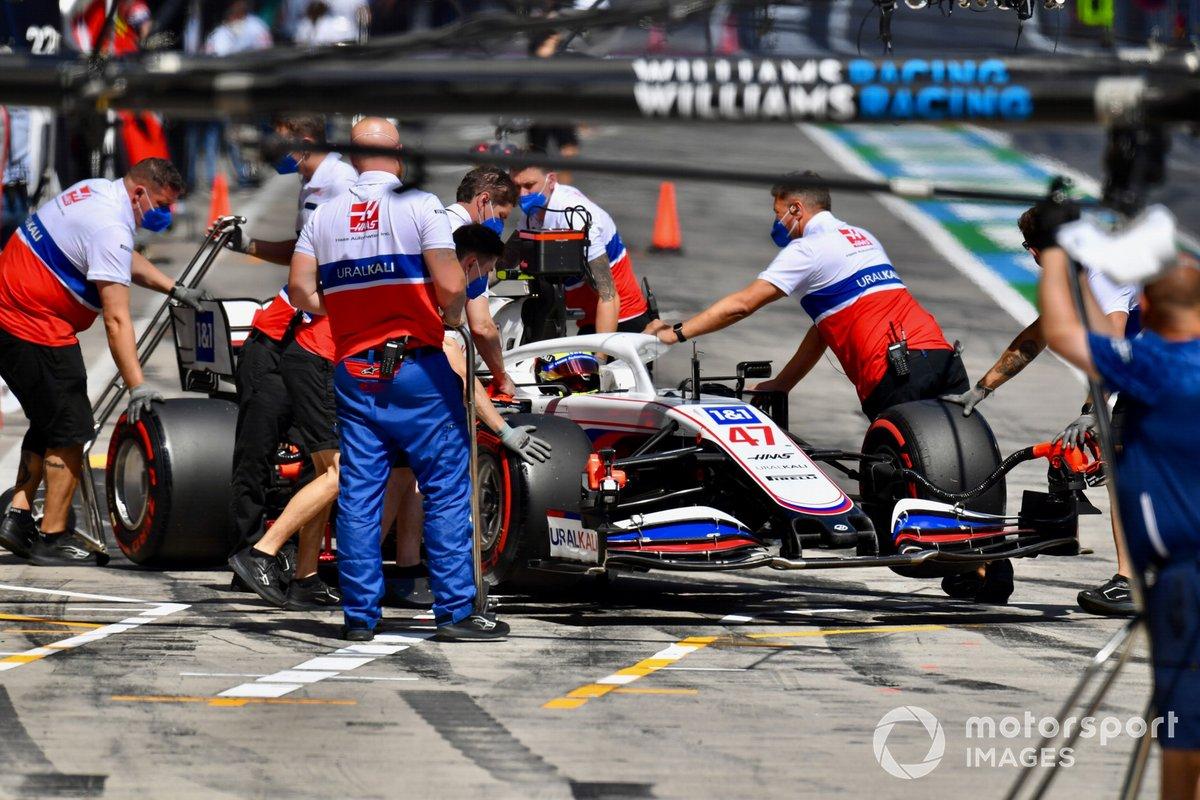 Los mecánicos regresan a Mick Schumacher, Haas VF-21, al garaje