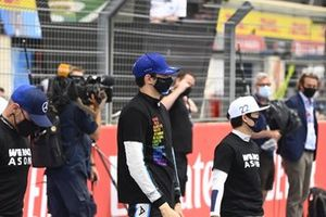 Esteban Ocon, Alpine F1, and Yuki Tsunoda, AlphaTauri, on the grid
