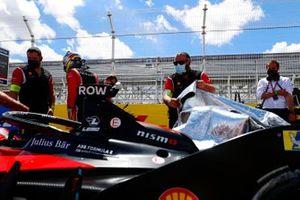 Oliver Rowland, Nissan e.Dams, Nissan IMO2, on the grid with mechanics