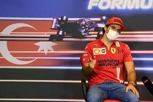 Карлос Сайнс, Ferrari, на пресс-конференции