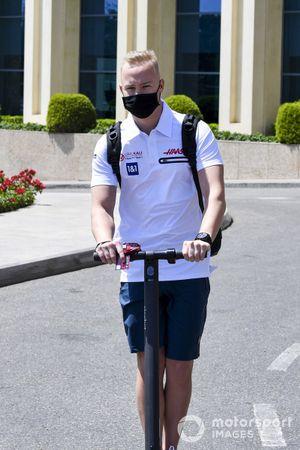 Никита Мазепин, Haas F1. на самокате