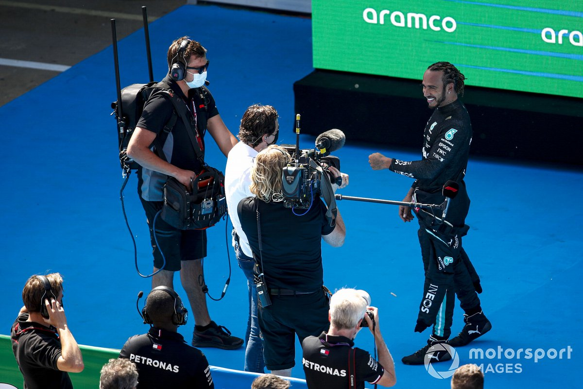 Lewis Hamilton, de Mercedes, es entrevistado por Paul de la Rosa tras conseguir su pole número 100 en la F1