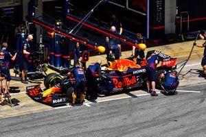 Max Verstappen, Red Bull Racing RB16B en pits