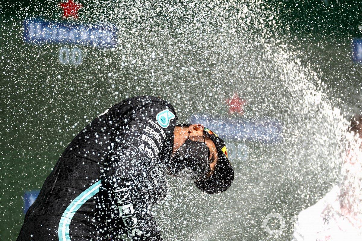 Lewis Hamilton, Mercedes, primo classificato, festeggia con Champagne sul podio