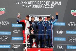 Подиум: победитель Норберт Михелис, BRC Hyundai N Squadra Corse, второе место – Роб Хафф, SLR Volkswagen, третье место – Габриэле Тарквини, BRC Hyundai N Squadra Corse