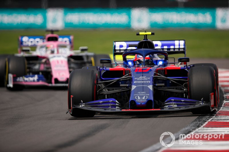 Pierre Gasly, Toro Rosso STR14, precede Sergio Perez, Racing Point RP19