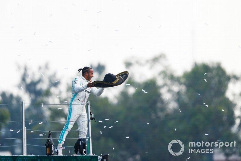 Ganador de la carrera Lewis Hamilton, Mercedes AMG F1, lanza el sombrero de Mario Achi, promotor mexicano de GP, al público desde el podio