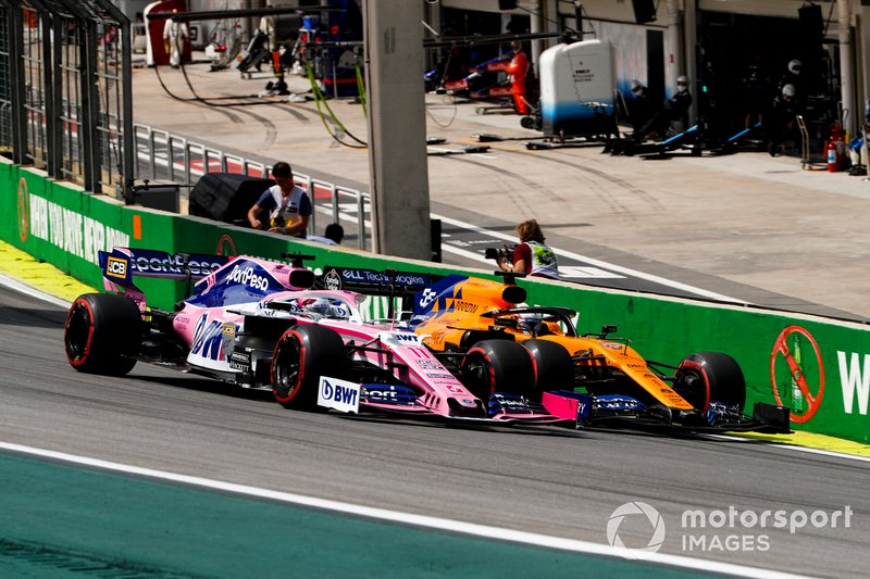 La lotta tra Sergio Perez, Racing Point RP19 e Carlos Sainz Jr., McLaren MCL34