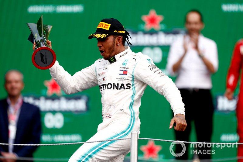 Lewis Hamilton, Mercedes AMG F1, con su trofeo