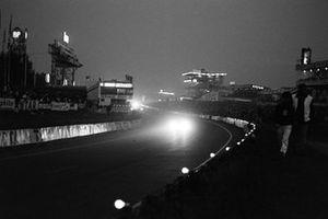 Los coches pasan el Puente Dunlop por la noche