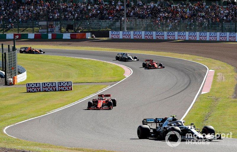 Valtteri Bottas, Mercedes AMG W10, precede Sebastian Vettel, Ferrari SF90, Charles Leclerc, Ferrari SF90, e Lewis Hamilton, Mercedes AMG F1 W10