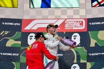 Sebastian Vettel, Ferrari, 2e plaats, en Valtteri Bottas, Mercedes AMG F1, 1e plaats, op het podium