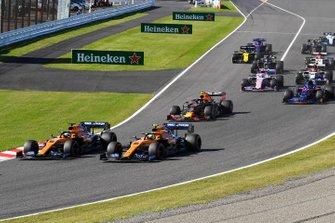 Lewis Hamilton, Mercedes AMG F1 W10, precede Carlos Sainz Jr., McLaren MCL34, Lando Norris, McLaren MCL34, Alex Albon, Red Bull RB15, Pierre Gasly, Toro Rosso STR14, e il resto del gruppo, nella prima curva