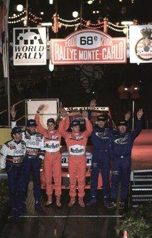 Tommi Makinen festeggia la vittoria, secondo classificato Carlos Sainz, terzo classificato Juna Kankunnen, al Rally Monte Carlo del 2000
