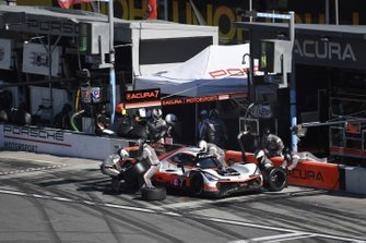 #7 Acura Team Penske Acura DPi, DPi: Helio Castroneves, Ricky Taylor, Alexander Rossi pit stop