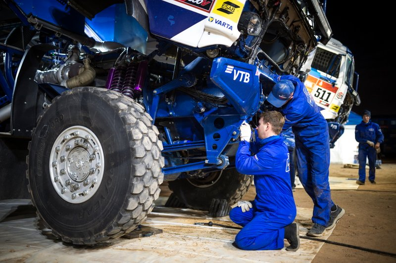 Team KAMAZ-Master mechanics work after stage