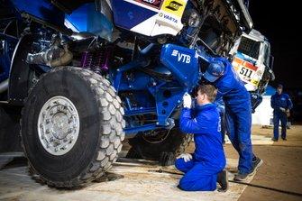 El equipo KAMAZ-Master mecánicos trabajan después de la etapa