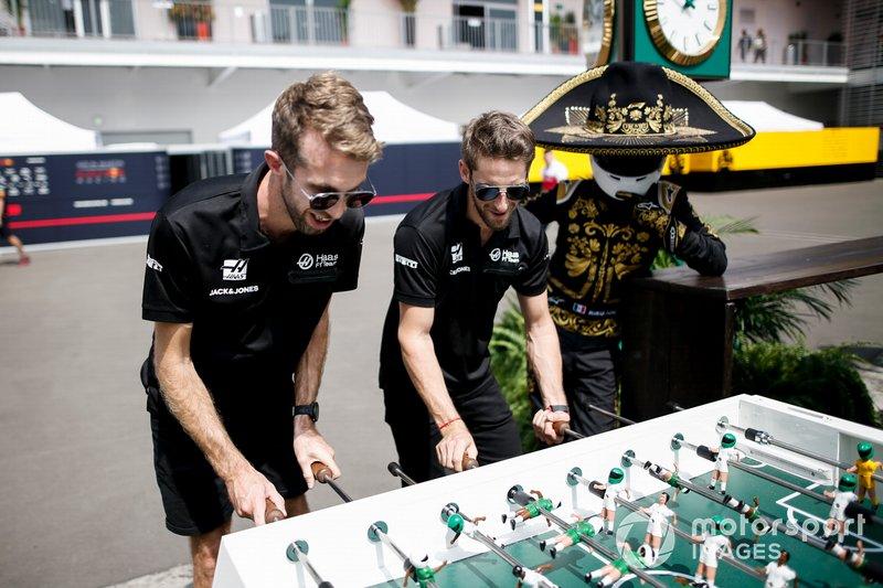Romain Grosjean, Haas F1 juega al futbolín con Mario Achi, promotor mexicano del GP