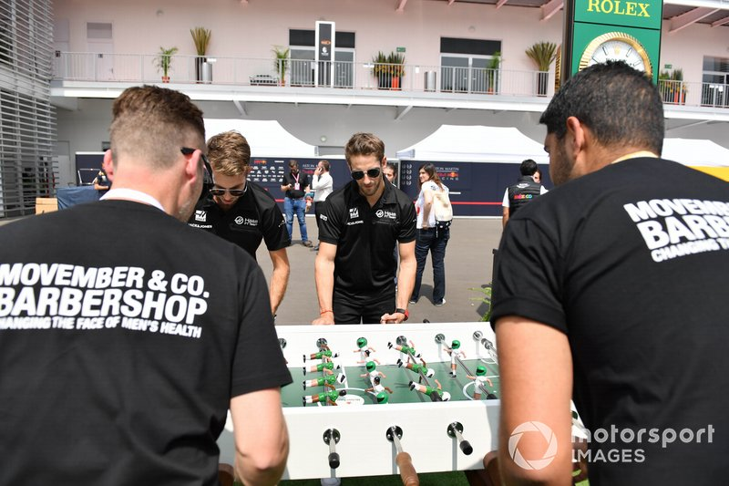 Romain Grosjean, Haas F1 juega al futbolín