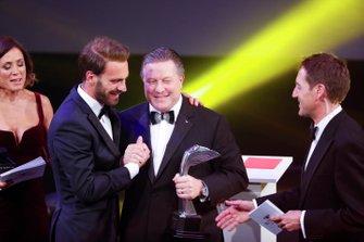 Zak Brown, Director Ejecutivo de McLaren, entrega a Jean-Eric Vergne el premio Momento del Año