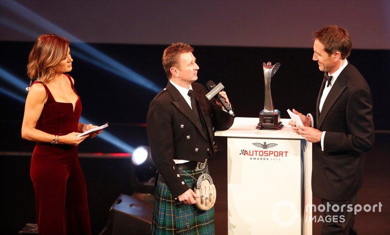 Allan McNish en el escenario para entregar el Premio Pionero y de Innovación