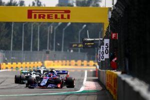 Daniil Kvyat, Toro Rosso STR14, Valtteri Bottas, Mercedes AMG W10