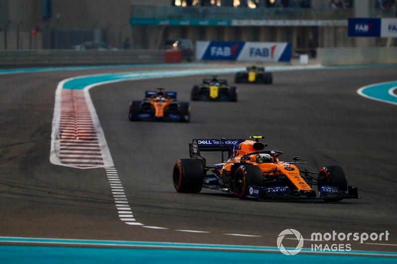 Lando Norris, McLaren MCL34, precede Carlos Sainz Jr., McLaren MCL34, Daniel Ricciardo, Renault F1 Team R.S.19, e Nico Hulkenberg, Renault F1 Team R.S. 19