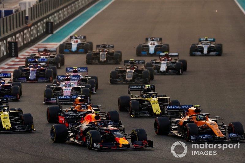 Alexander Albon, Red Bull RB15, precede Lando Norris, McLaren MCL34, Carlos Sainz Jr., McLaren MCL34, Daniel Ricciardo, Renault F1 Team R.S.19 e il resto delle auto