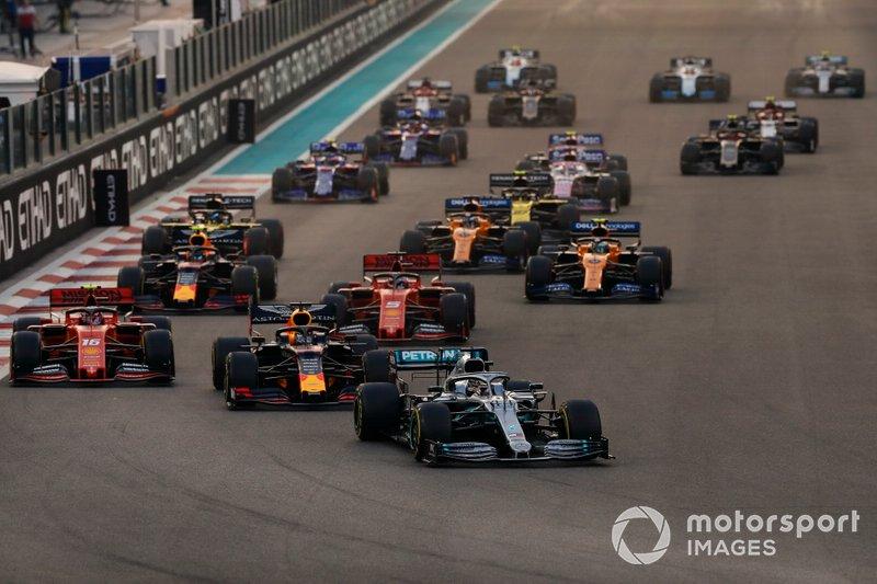 Lewis Hamilton, Mercedes AMG F1 W10, precede Max Verstappen, Red Bull Racing RB15, Charles Leclerc, Ferrari SF90, Sebastian Vettel, Ferrari SF90, Alexander Albon, Red Bull RB15, Lando Norris, McLaren MCL34 e il resto delle auto all'inizio della gara