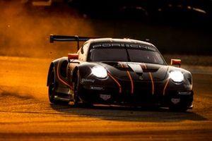 #86 Gulf Racing Porsche 911 RSR: Michael Wainwright, Benjamin Barker, Andrew Watson