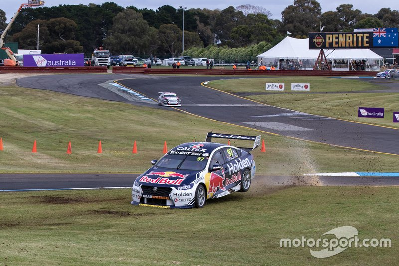 Shane van Gisbergen, Garth Tander, Triple Eight Race Engineering Holden run wide