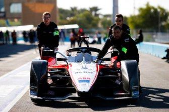 Meccanici spingono l'auto di Edoardo Mortara, Venturi, EQ Silver Arrow 01 in pit lane