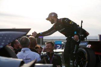 El ganador de la carrera, Sam Bird, celebra con su equipo en el podio