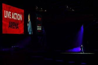 David Croft entretiene a los fans en el Live Action Arena