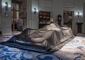 Автомобиль Mercedes AMG F1 под покрывалом