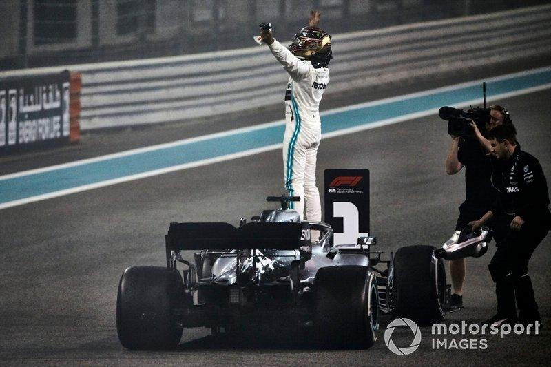 Lewis Hamilton, Mercedes AMG F1, primo classificato, festeggia la vittoria