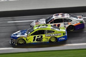 Ryan Blaney, Team Penske, Ford Mustang Menards / Peak and Denny Hamlin, Joe Gibbs Racing, Toyota Camry FedEx Express