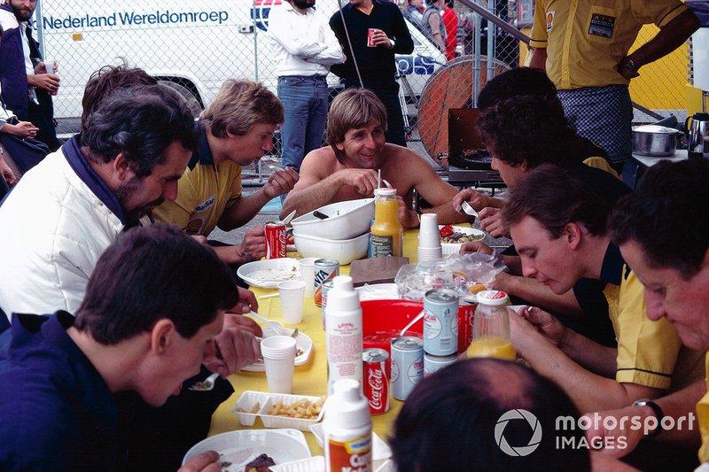 Zandvoort 1983: Manfred Winkelhock luncht met zijn monteurs