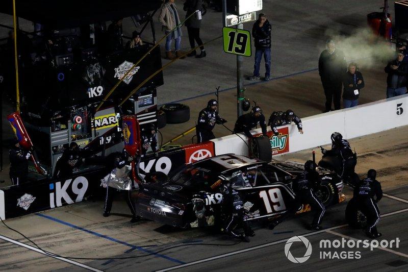 Brandon Jones, Joe Gibbs Racing, Toyota Supra iK9/Musket Powder, pit stop