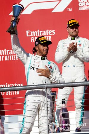Lewis Hamilton, Mercedes AMG F1, alza il trofeo davanti al vincitore della gara Valtteri Bottas, Mercedes AMG F1