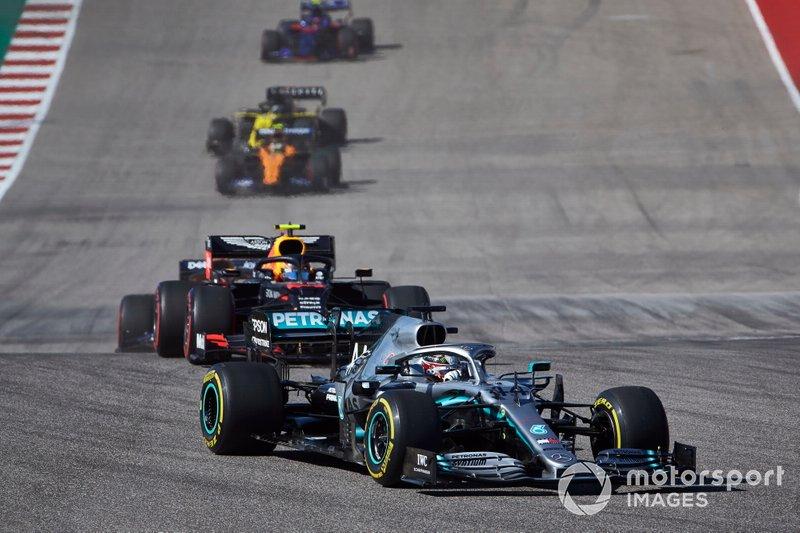 Lewis Hamilton, Mercedes AMG F1 W10, Alex Albon, Red Bull Racing RB15, y Carlos Sainz Jr., McLaren MCL34