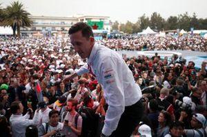 James Barclay, director del equipo Panasonic Jaguar Racing, con el trofeo de constructores en el podio