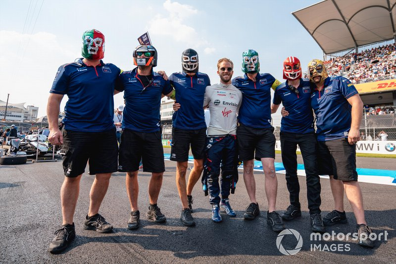 Sam Bird, Virgin Racing y el equipo Envision Virgin con máscaras de lucha libre