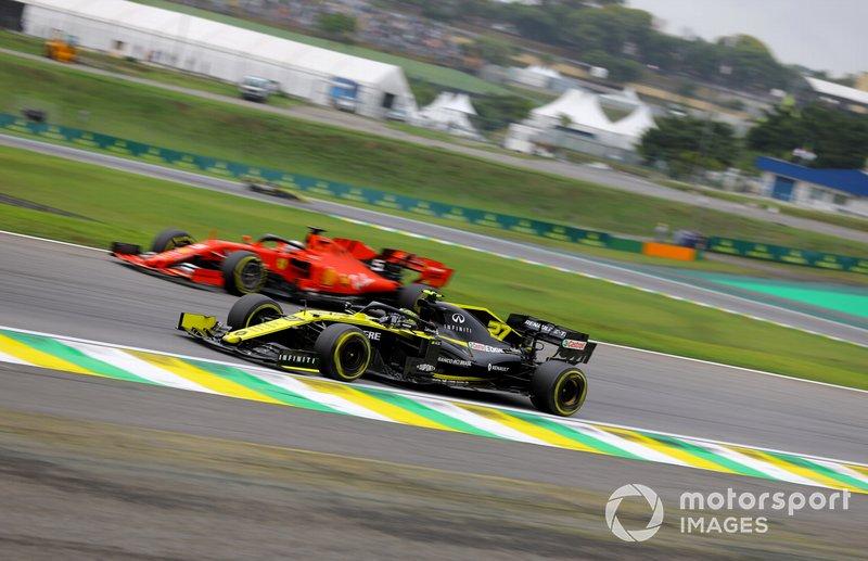 Nico Hulkenberg, Renault F1 Team R.S. 19, precede Sebastian Vettel, Ferrari SF90