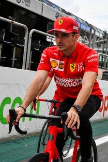 Charles Leclerc, Ferrari, à vélo
