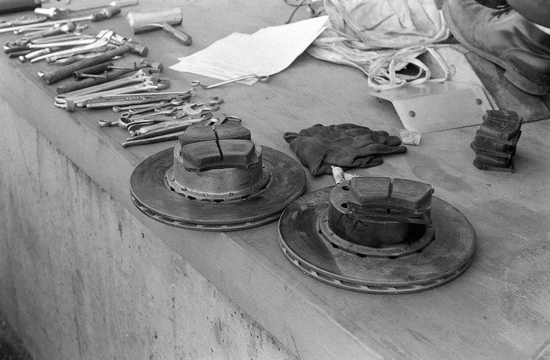 Discos de freno y pastillas de repuesto listas sobre el muro de pits