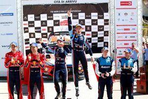 Подиум: Тьерри Невилль, Николя Жильсуль, Hyundai Motorsport Hyundai i20 Coupe WRC, Себастьен Ожье, Жюльен Инграссиа, Citroën World Rally Team Citroen C3 WRC, Элфин Эванс, Скотт Мартин, M-Sport Ford WRT Ford Fiesta WRC